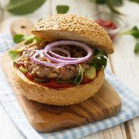 Гамбургер с корнишонами