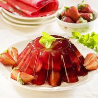 Клубнично-желейный десерт с малиной и вишневым соком