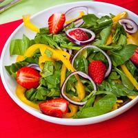 Салат с клубникой, шпинатом и сладким перцем