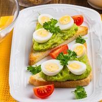 Тосты с перепелиными яйцами и пастой из авокадо
