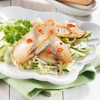 Тилапия с зеленым салатом