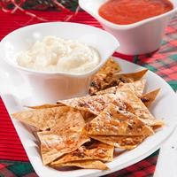 Домашние чипсы из лаваша с пикантными соусами