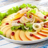Мастер-класс «Салат из кальмаров с фруктами и луком»