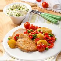 Свиное филе с овощным гарниром и сметанным соусом