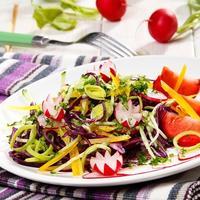 10 полезных овощных салатов: витаминный заряд в первые весенние деньки