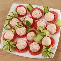 Быстрая и оригинальная закуска из крабовых палочек с помидорами