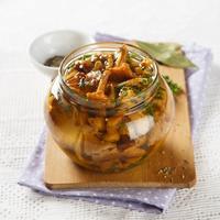 Готовим грибы впрок: лисички с луком в ароматном маринаде