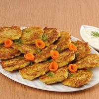 Дрожжевые оладьи с капустой, да со сметанкой - вкуснятина!