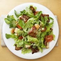 Салат с ломтиками поджаренного бекона для лёгкого перекуса