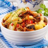 Картофель с грибами и плавленым сыром - это сытно и вкусно!