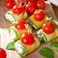Рулетики из кабачков с творожным сыром - лёгкая и вкусная закуска