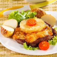 Свинина с сыром и ананасами: от такого горячего никто не сможет отказаться