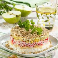 """Слоеный салат """"Северная мимоза"""": новый взгляд на известную закуску"""