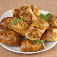 Сладкие пирожки с яблоками и курагой