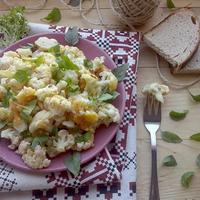 Летний гарнир из цветной капусты с чесноком, сыром и зеленью в духовке