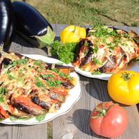 Баклажаны, запеченные с сыром и колбасой, под томатным соусом