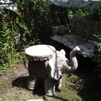 Слоник-столик для созерцания сада за чашкой кофе
