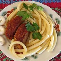Котлеты из лосятины с макаронами, кукурузой и сметанным соусом
