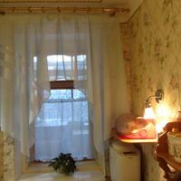 Еще один вариант штор для маленького окна на кухне