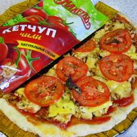 Пицца с курицей и кетчупом чили на тонком тесте