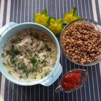 Печень индейки в сметанном соусе с гречкой