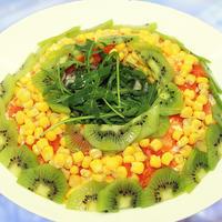 Новогодний салат Малахитовый браслет - с куриной грудкой, кукурузой и киви