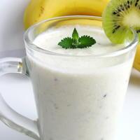 Долой хандру! Молочный коктейль с бананом и киви - полезный перекус!