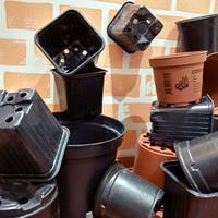 Удобное хранение пластиковых горшков для рассады