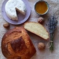 Домашний хлеб с мёдом и лавандой и Мягкий сыр с грецким орехом