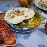 Пита с начинкой из мяса куриных крылышек, грибов и овощей