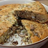 Заливной пирог с начинкой из зеленого лука, консервированной рыбы и вареного яйца