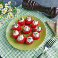 Фаршированные помидоры: быстрая и сытная закуска