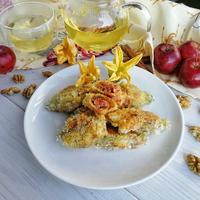 Цветки тыквы в хрустящей панировке и ванильном кляре, начиненные карамелизованными яблочками и грецкими орехами