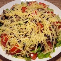 Салат с жареными грибами и свежими помидорами
