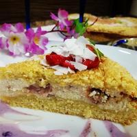 Насыпной пирог с творогом и клубникой