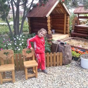 Папа построил для дочки её дачный домик