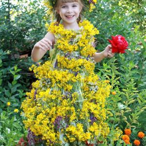 Катя и её цветочный наряд!
