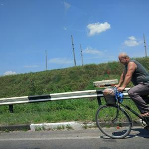 Кто с дачи вот так колесит с ветерком, тот с душной маршруткой, ура, не знаком!