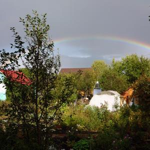 Разноцветное коромысло над садами повисло?