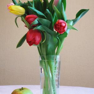 Букет тюльпанов на столе и яблоко - все это мне!