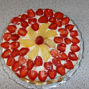 Клубничка очень украсила тортик