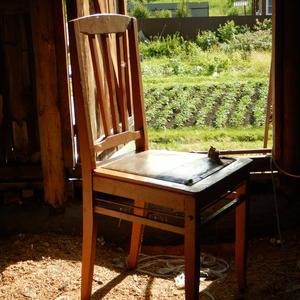Пылится стул на чердаке, давно уж выкинуть пора. А может пригодится?