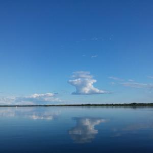 Плывут по морю облака