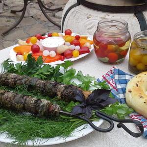 Долму-кебаб хорошо подавать с сырыми овощами, можно с соленьями