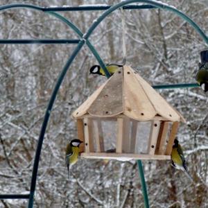 Новенькая кормушка для птичек