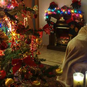 Когда Новый Год зажигает на ёлке цветные огни, все детство своё вспоминают, счастливые детские дни...