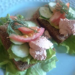 Весна, первая зелень, и на бутерброде тоже!