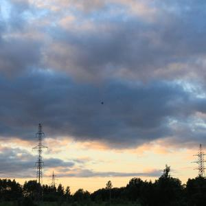 Летает шарик одинокий в вечернем небе....