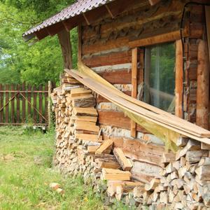 Для баньки, для камина дрова есть у Ефима...