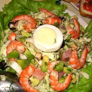 На Новый год обязательно готовим салаты с морепродуктами.